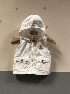 Armadio che scoppia Moncler, Raincoat, Boutique, Jackets, Fashion, Rain Jacket, Down Jackets, Moda, Fashion Styles