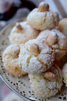 DOLCISOGNARE: Amaretti al cocco Amaretti Cookies, Almond Cookies, Biscuit Cookies, Cake Cookies, Italian Pastries, Italian Desserts, Italian Recipes, Muffin, Italian Biscuits
