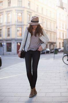 low boots/ veste grise et chapeau