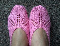 Ravelry: Slipper - Seamless pattern by Dolly Laishram Easy Knitting, Knitting For Beginners, Knitting Socks, Knitting Patterns Free, Crochet Patterns, Knitted Slippers, Crochet Slippers, Pink Slippers, Knitted Bunnies