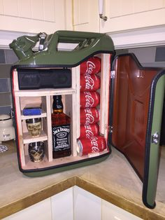Jerry can bar – Table Ideas Wood Projects, Woodworking Projects, Projects To Try, Jerry Can Mini Bar, Liquor Dispenser, Ammo Cans, Man Cave Gifts, Game Room, Diy Home Decor