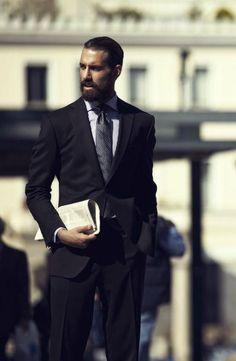 ブラックスーツ着こなし、チェックシャツ