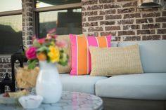 Virágokkal és megfelelő párnákkal pillanatok alatt nyárias hangulatú lehet bármelyik terasz