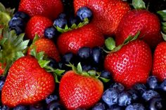The health benefits of berries are known for their powerful effects on the body. They rank highest among most fruits in terms of antioxidant content and effectively combat cancer cells, and help reduce inflammation. Healthy Burger Recipes, Grilling Recipes, Healthy Snacks, Eating Healthy, Clean Eating, Protein Snacks, Juice Recipes, Healthy Nutrition, High Protein