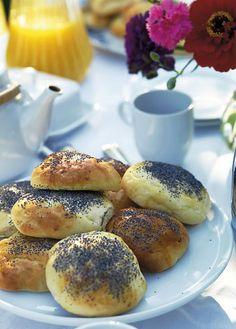 Den nøddeagtige smag af birkes er prikken over i'et på det duftende morgenbrød. Af denne dej kan du bage enten boller, tebirkes eller begge delec