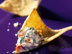 Perfekt für Gäste oder für den gemütlichen Fernsehabend! Feta-Knoblauch-Dip mit Nachos - smarter - Zeit: 15 Min. | eatsmarter.de