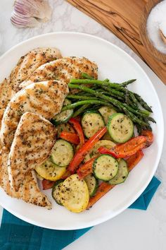This Garlic and Herb Grilled Chicken and Veggie recipe checks off all the boxes – quick, easy, delicious and low-carb!<br> This Garlic and Herb Grilled Chicken and Veggie recipe checks off all the boxes – quick, easy, delicious and low-carb! Healthy Meal Prep, Easy Healthy Recipes, Easy Dinner Recipes, Keto Meal, Healthy Snacks, Healthy Tasty Food, Eating Healthy, Lunch Recipes, Smoothie Recipes