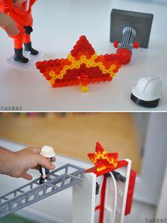 Feuer aus Bügelperlen. Damit die Kleinen auch was zum Löschen haben. Playmobil-DIY