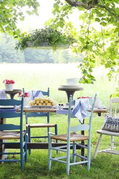 Love this outdoor dining set up.  Mismatched chairs and a little bit of green grass.  Perfect combo. #entertainwithbirchlane