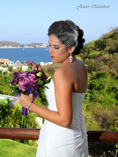 Ramo de novia en color morado ideal para tu boda en playa