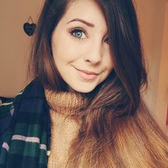 Her hair is gorgeous, makeup flawless and style amazing! Zoella Beauty, Hair Beauty, Famous Youtubers, Top Youtubers, Zoe Sugg, Celebs, Celebrities, Messy Hairstyles, Role Models