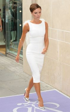 Victoria beckham in white classy white dress, shoes with white dress, little white dresses Moda Victoria Beckham, David And Victoria Beckham, Victoria Beckham Style, Classy White Dress, White Dress Shoes, Little White Dresses, Fashion Mode, Fashion Outfits, Womens Fashion