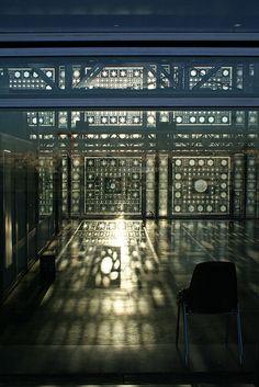 LUCE COME INTEGRAZIONE CULTURALE. Istituto del Mondo Arabo, Jean Nouvel, Parigi, 1987. Qui l'interazione uomo-edificio, interno-esterno avviene anche sul piano antropologico-culturale. Due culture che s'incontrano attraverso la parete sud, orientata verso la Mecca: 240 diaframmi in acciaio, ispirati ai mushrabiyyas arabi e regolati da cellule fotoelettriche che reagiscono come un iride all'intensità della luce esterna, modulandola all'interno dell'edificio. #lighting design #architecture