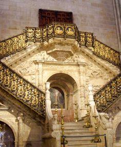 Escalera Dorada. Obra inspirada en el Renacimiento italiano. En la Catedral de Burgos, Castilla y León, España.