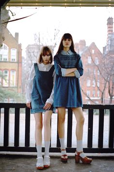 Retro Fashion Thigh-grazing pinis and capacious smocks look super sweet layered over soft cotton shirts and the lightest chambray. Retro Fashion 60s, Vintage Fashion, Denim Fashion, Girl Fashion, Womens Fashion, All Jeans, Denim Jeans, Fashion Poses, Fashion Outfits