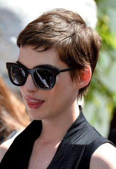 Pixie Haircut in 20 ideas not to be missed Do you want a new trendy haircut for the spring-summer 2018 season? Well, one of the most trendy haircuts this year is the pixie haircut. Very Short Hair, Short Hair Cuts For Women, Short Hairstyles For Women, Short Cuts, Short Pixie Haircuts, Pixie Hairstyles, Cool Hairstyles, Trendy Haircuts, Summer Hairstyles