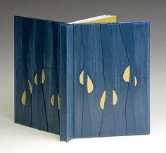Lisette Gaucher Canada Reliure orientale en plein cuir de chevreau bleu. Décor composé de mosaïque à niveau jaune et mosaïque à bords francs bleus, ponçage des plats. Exemplaire: 37/75 Photo : Denis Larocque