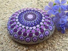 galet peint à motifs mandala mauve et violet, décoration avec de petites touches de peinture