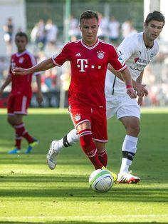 Mario Götze kickt wieder gegen den Ball. Der Münchner hat gleich in seinem ersten Einsatz für den FC Bayern als doppelter Torschütze geglänzt. Mehr als drei Monate nach seiner Muskelverletzung gab der Nationalspieler in einem Freundschaftsspiel ein erfolgreiches Comeback. (Foto: Szilard Koszticsak/dpa)