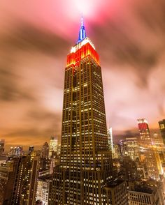Red, white and blue for Memorial Day. Photo by midnight.xpress on Instagam. New York Bedroom, Tower Light, Nyc Skyline, I Love Ny, City That Never Sleeps, Empire State Building, Memorial Day, American Flag, Places Ive Been