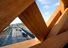 Commissioned by the province of Fryslân, we designed two wooden traffic bridges in Sneek in collaboration with Onix under the name OAK (Onix Achterbosch Kunstwerken). The bridges connect two districts on either side of the A7. They are designed as a new city marker on the highway.