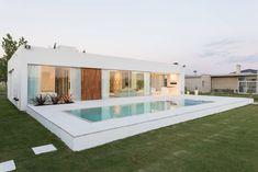 Descubra fotos de Piscinas modernas por VISMARACORSI ARQUITECTOS. Encontre em fotos as melhores ideias e inspirações para criar a sua casa perfeita.
