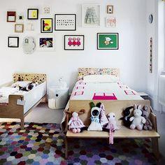 drewniane łóżka i ławki, kolorowe dywany i kolorowe dekoracje w stylu boho w dziecięcym pokoju - Lovingit.pl