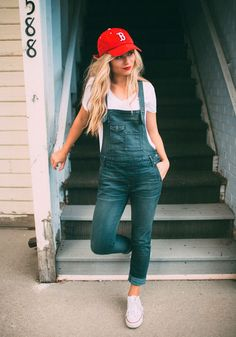 Take a look at the best denim overall spring outfit in the photos below and get ideas for your own outfits! Slightly distressed short denim overalls with rolled up bottom hem. Neue Outfits, Sporty Outfits, Fashion Outfits, Sporty Style, Sporty Fashion, Outfits For Baseball Games, Teen Fashion, Baseball Fashion, Model Outfits