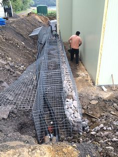 hand-laying-partitions in 2020 Gabion Retaining Wall, Building A Retaining Wall, Landscaping Retaining Walls, Hillside Landscaping, Gravel Walkway, Landscaping Ideas, Gabion Wall Design, Fence Design, Diy Backyard Fence