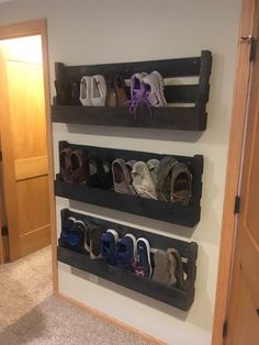 Ideias de sapateiras usando paletes e caixotes Organizando os sapatos usando paletes e caixotes de madeira, de forma barata você pode organizar seus sapatos fazendo Shoe Storage Design, Diy Shoe Storage, Rack Design, Storage Ideas, Storage Hacks, Wood Storage, Kitchen Storage, Wall Shoe Rack, Diy Shoe Rack