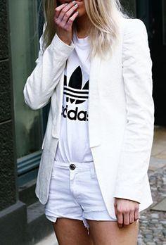เสื้อยืดอาดิดาส สีขาว, เสื้อคลุมสีขาว Zara, กางเกงขาสั้นสีขาว Mango, รองเท้าบู๊ทสีดำ Bershka
