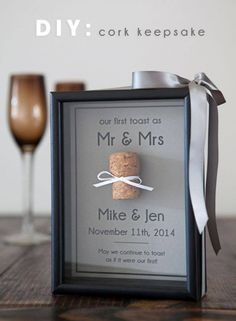 Geschenk Hochzeit z. Vom Trauzeugen, beste Freunde nach der Hochzeitsfeier Learn how to make an adorable cork keepsake frame to save your special wine or champagne cork. Quick and easy, check out our step by step tutorial now! Before Wedding, Post Wedding, Fall Wedding, Dream Wedding, Wedding In Memory, Wedding Reception, Reception Ideas, Trendy Wedding, Rustic Wedding