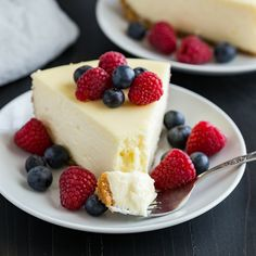 The BEST Cheesecake Recipe EVER! It's supremely creamy and glides right across the tongue. Top it with fresh berries or whipped cream then step into cheesecake heaven. Learn how to make the best cheesecake with this melt in your mouth recipe! Baked Cheesecake Recipe, Best Cheesecake, Classic Cheesecake, Strawberry Cheesecake, Chocolate Cheesecake, Plain Cheesecake, Homemade Cheesecake, Cheesecake Americana, Fluffy Cheesecake