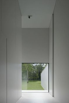 of DM Residence / CUBYC architects bvba - 25 Double height pivoting door inside the DM Residence by CUBYC architects. Photo by koen van Damme.Double height pivoting door inside the DM Residence by CUBYC architects. Photo by koen van Damme. Detail Architecture, Minimalist Architecture, Minimalist Interior, Minimalist Home, Contemporary Architecture, Interior Architecture, Interior And Exterior, Minimalist Bedroom, Exterior Design