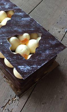 Bûche chocolat noir et orange -Croustillant chocolat noir, amandes et fleur de sel, biscuit Joconde aux zestes d'orange, ganache au chocolat noir et crème pâtissière aux oranges, crème diplomate à l'orange, couche fine de chocolat noir, glaçage chocolat noir et gianduja