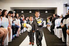 Entrada com Brinquedos Um ótimo calmante ou até mesmo meio de transporte para os pequenininhos que os noivos não quiseram deixar de fora, além de gerar um charme a mais durante a entrada da noiva!