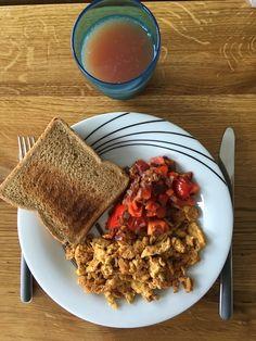 Scrambled eggs med tomat, rødløg og rød peber 🍳🍅 toast og grapefrugt juice😋 #scrambledeggs #tomato #redpepper #redonion #grapefruitjuice