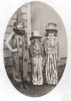 little edie and her two brothers (bouvier beale phelan beale jr) in costume for the riding club pageant america Edie Bouvier Beale, Edie Beale, Edith Bouvier, Vintage Halloween Photos, Halloween Fun, Jackie Kennedy, Vintage Photographs, Vintage Photos, Antique Photos