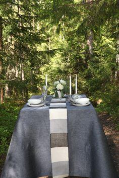 Pisa Designin iso pöytäliina kattaa pöydän kauniisti ja kutsuu istumaan pöydän ääreen. Uutusväri 220k siniharmaa. Kattauksessa myös käsinkudottu kateliina väri 9900 raidallinen mustavalkoinen. #habitare2015 #design #sisustus #messut #helsinki #messukeskus #finnishdesign
