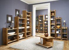 """Das Regal """"Loca"""" zeichnet sich durch die unendlichen Kombinationsmöglichkeiten aus. Außerdem wird aufgrund der natürlichen Holzform eine einzigartige Wirkung im Raum erzeugt. Das massive Eichenholzregal bringt so ein Stück Natur nach Hause."""