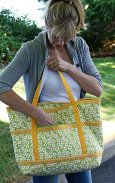 The Terrific Travel Tote – PDF Pattern by Jo-Lydia's Attic. Learn how to make a purse yourself!