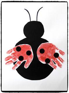 De jolies petites coccinelles à réaliser avec les petits  Des empreintes de mains pour les ailes et quelques gommettes pour les points noirs.
