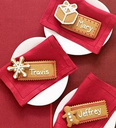 :-D Gingerbread Place Cards. Use frosting to write your guests' names on gingerbread cookies for a fun dessert at your holiday dinner. Christmas Gingerbread, Christmas Sweets, Noel Christmas, Christmas Goodies, Christmas Baking, Gingerbread Cookies, Christmas Place Cards, Gingerbread Houses, Decoration Christmas