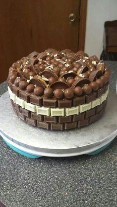 Oh my!  Chocolate dream ccake Torta Candy, Candy Cakes, Cupcake Cakes, Birthday Cake For Husband, Chocolate Garnishes, Cake Recipes, Dessert Recipes, Cake Kit, Wedding Cake Alternatives