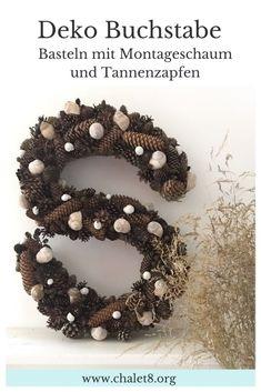 DIY: Deko Buchstabe mit Montageschaum und Tannenzapfen basteln. #Chalet8 #tannenzapfen #herbstdeko #winterdeko #zapfendeko