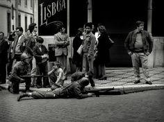 25 de Abril, a ''Revolução dos Cravos'' Conquistador, Old Pictures, Old Photos, Portuguese Empire, History Of Portugal, Anima Mundi, World Conflicts, Past Tense, Photography Exhibition