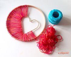 刺繍枠の中にハートを入れて、赤い糸を渡していきます。