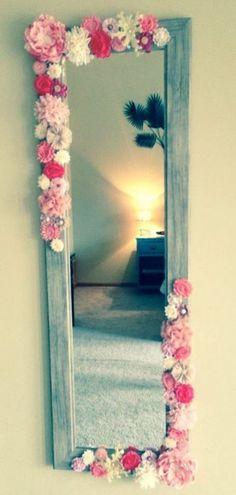 Para darle nueva vida a esos espejos que tienes guardados en el armario. Algunas flores, un poco de silicón y una pizca de creatividad es lo único que te hará falta para lograr hermosos diseños.