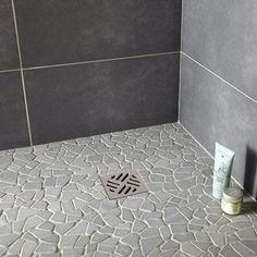 Galets sol et mur opus gris artens in 2019 Shower Floor Tile, Master Shower, Shop Front Design, Shower Remodel, Rustic Design, Small Bathroom, Flooring, Crafts, Leroy Merlin