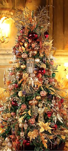 Gorgeous Christmas Tree ~ 20 Awesome Decorating Ideas & Inspirations - Style Estate - Best Of The Best Luxury Beautiful Christmas Trees, Elegant Christmas, Noel Christmas, Victorian Christmas, Winter Christmas, Halloween Christmas Tree, Lush Christmas, Country Christmas, Christmas Christmas